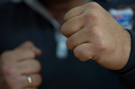 Неизвестный избил работника магазина в Сальске