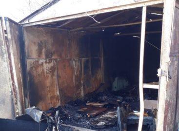 В Сальске, на улице Шаумяна, горел гараж
