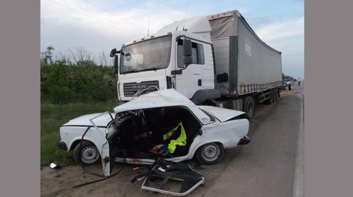 В Сальском районе в аварии столкнулись «семёрка» и большегруз