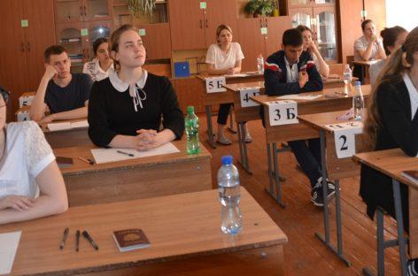 Сальские школьники сдают первый обязательный ЕГЭ по математике