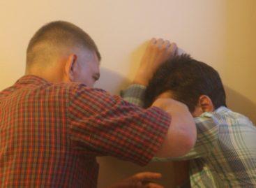 В Сальске ночью избили двоих мужчин