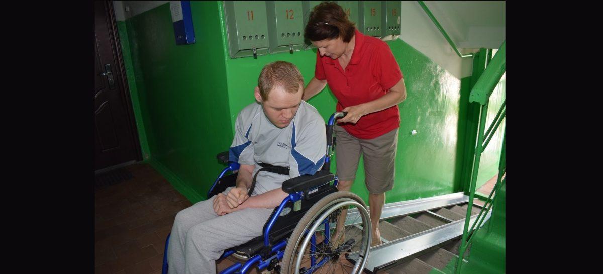 В Сальске, в доме на улице Одесской, установили пандус для инвалида-колясочника