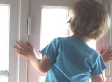 В Сальске двухлетний ребенок выпал из окна