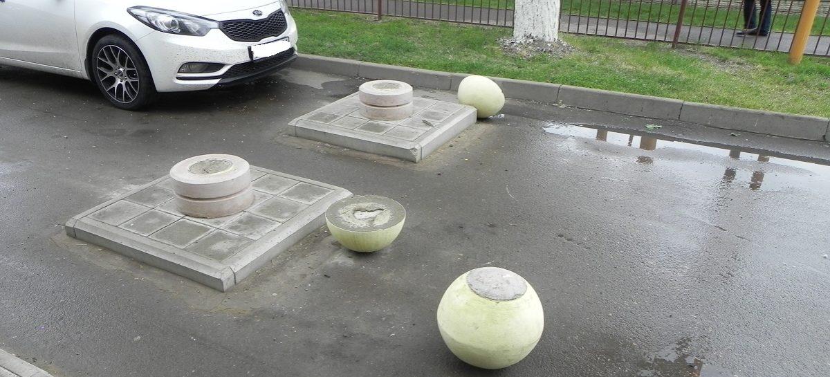 Вандалы в Сальске разбили малые архитектурные формы и погнули флагштоки