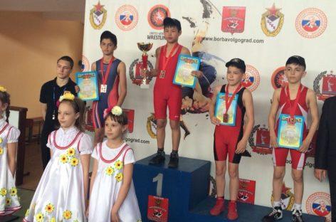 От областных соревнований до международных: гигантовские борцы завоевали медали