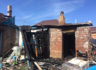 В Сальске, на улице Мирной, тушили пожар
