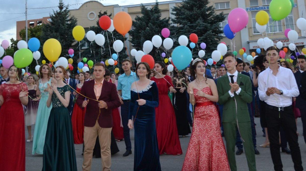 Более 400 выпускников школ Сальского района получат аттестаты в день выпускного бала