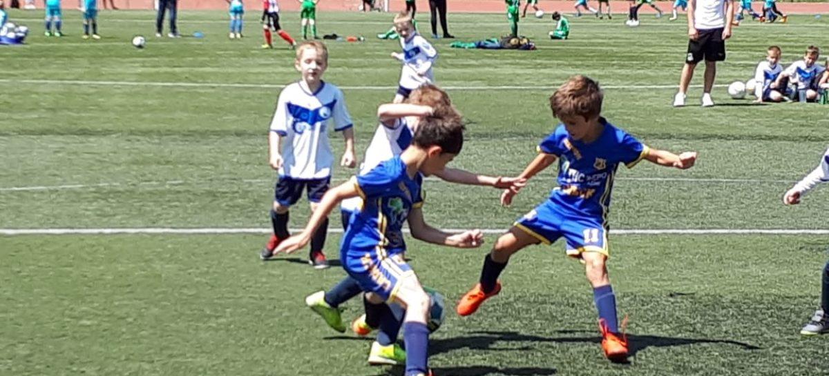 Юные футболисты Сальска лидируют в областном первенстве после восьми туров