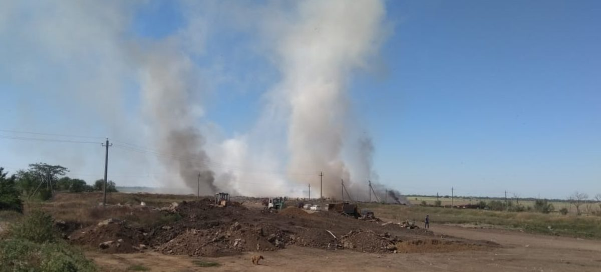 Жители Ново-Сальска вынуждены спать с закрытыми окнами из-за горящей свалки