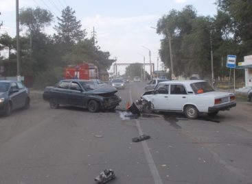 В Сальске, на улице Береговой, не смогли разъехаться «семёрка» и «десятка»
