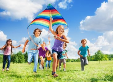 Задача взрослых — обеспечить детям безопасный отдых летом, — напоминают в Минобразования региона