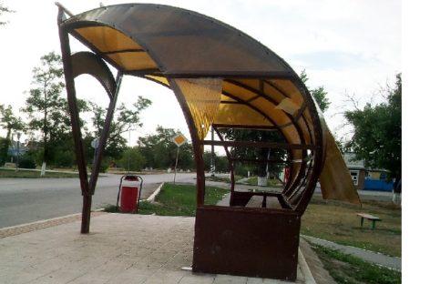 Остановка напротив пятой школы в Сальске вновь пострадала от вандалов