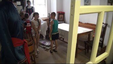 Школьники из Сальского района побывали на выставке «Русская изба» в художественном музее