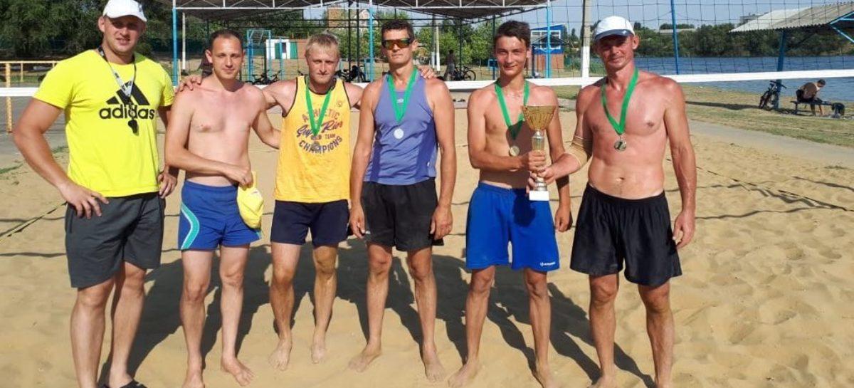 Спорт на пляже: сальские мужчины отстаивали честь района на кубке по волейболу