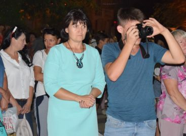 На ступеньках районного Дворца культуры прошёл необычный концерт