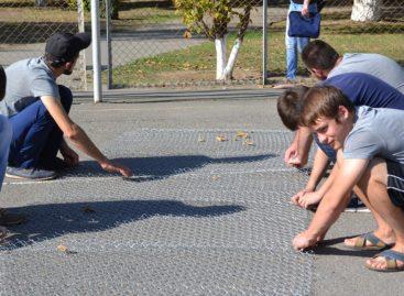Молодые сальские волонтёры вышли на субботник на спортплощадку в старом парке