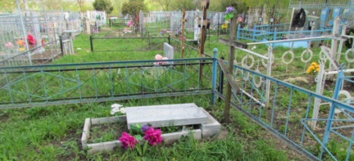 Даже надгробный памятник унесли с могилы