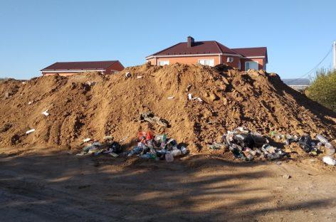 Глиняные терриконы на Низовке покрылись бытовым мусором