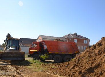 Житель Низовки обнаружил у себя в микрорайоне горы грунта и глины