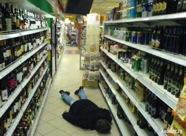 Сальчанин выпил две бутылки водки прямо в зале супермаркета
