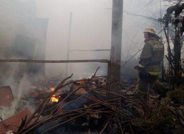 На дачах в Сальске в пожаре пострадали два человека
