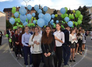 Сальская молодежь устроила флешмоб «Мы любим Сальск!»