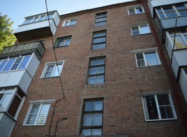 Установка окон в подъездах поссорила жильцов многоквартирного дома в Сальске