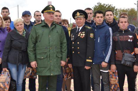 У памятника на площади Свободы в Сальске отметили День призывника