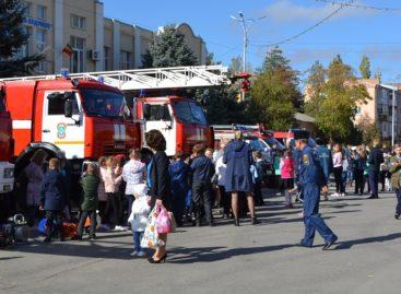 На центральной площади Сальска прошла выставка современной пожарной техники