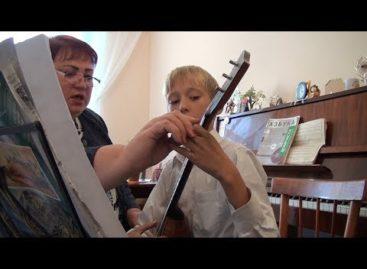 Надежда Светличная в свой юбилей учит детей играть на народных инструментах