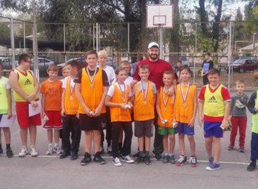 Спортивно провели День города сальские баскетболисты