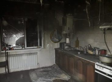 В Сальске, на улице Одесской, из-за замыкания в холодильнике случился пожар