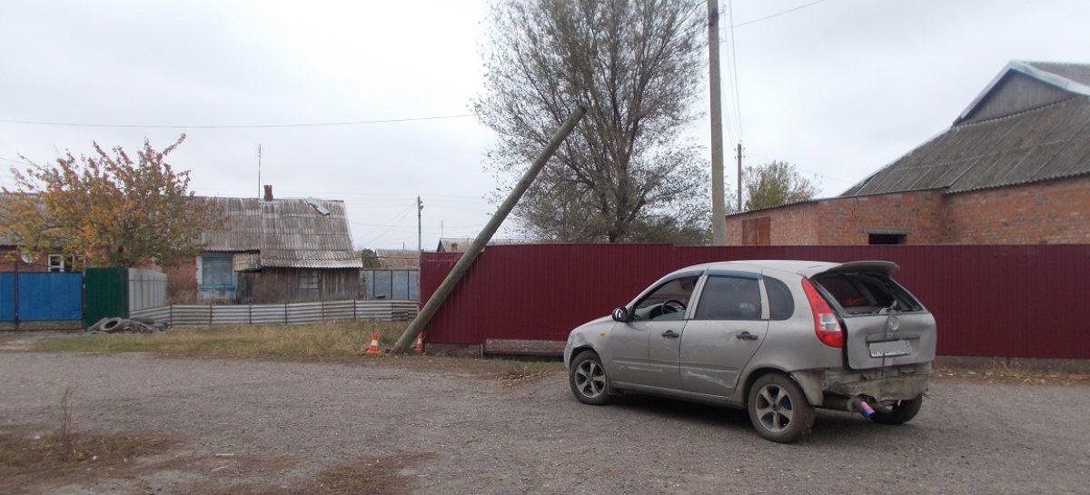 Не успев протрезветь, водитель сбил столб, помял забор и бросил свою «Калину»