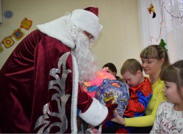 В Сальске дети получили мягкие игрушки и новогодние сладости