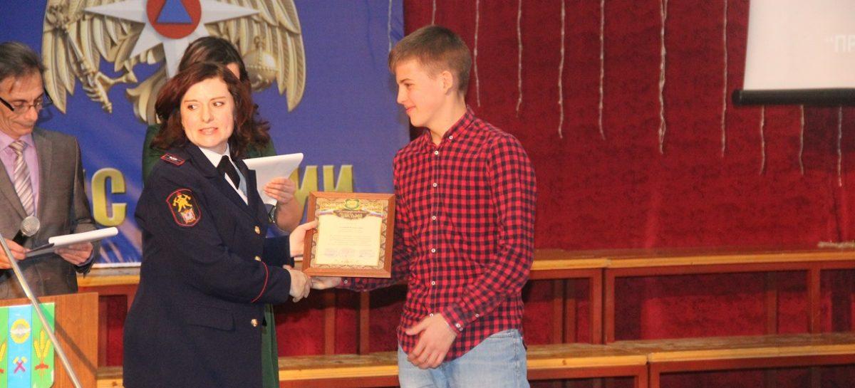 Школьника и студента наградили за помощь в тушении пожара в День спасателя