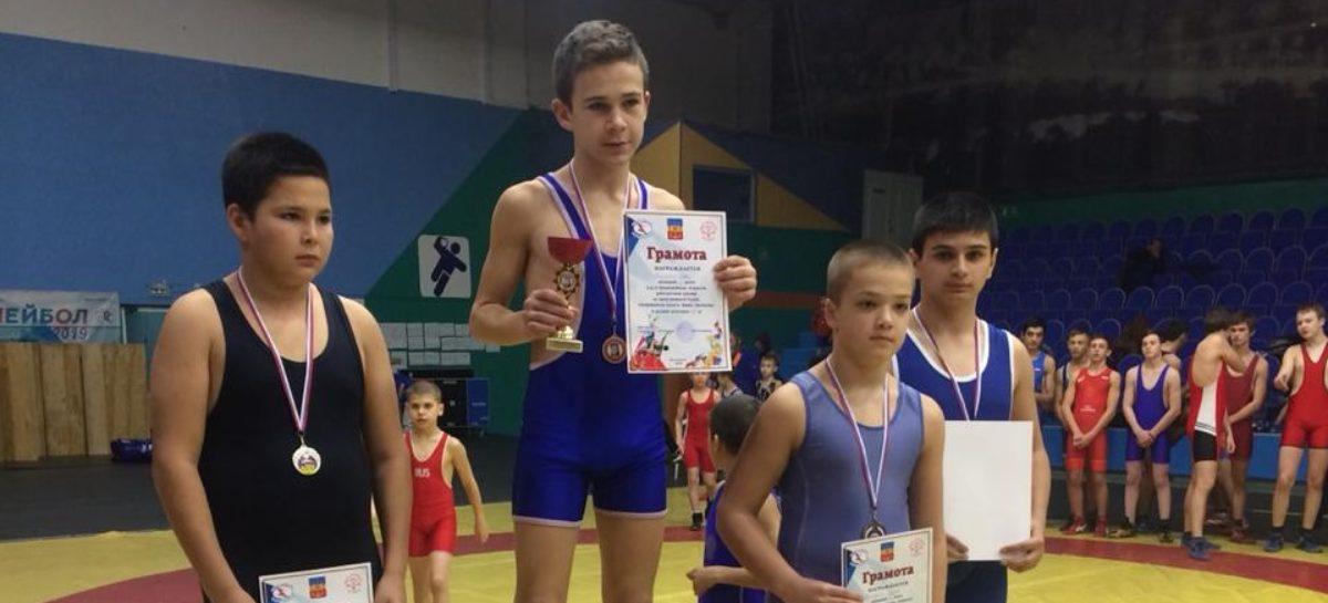 Гигантовские борцы получили медали Всероссийского турнира из рук чемпиона мира
