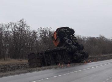 Из-за неудачного манёвра водителя в сложных погодных условиях многотонный КамАЗ встал на дыбы