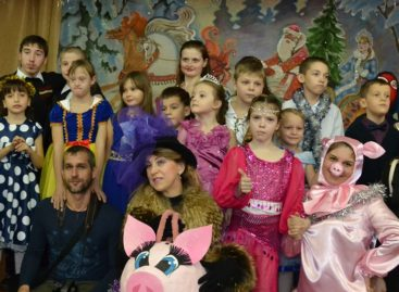 Сказочные герои устроили необычный новогодний праздник для особенных детей