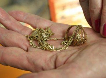 За «снятие» порчи сальчанка отдала цыганке свои золотые украшения