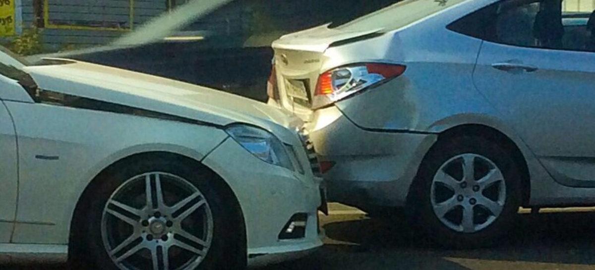 «Астрой» — по «Солярису»: нарушитель врезался в стоящую на Октябрьской иномарку и скрылся