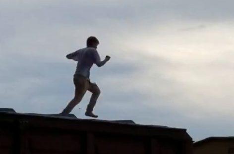Сальские спасатели сняли с крыши 30-летнего мужчину