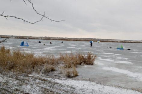 В Сальском районе трое рыбаков провалились под лед
