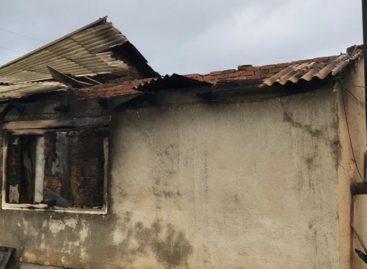 В селе Ново-Маныч загорелся жилой дом