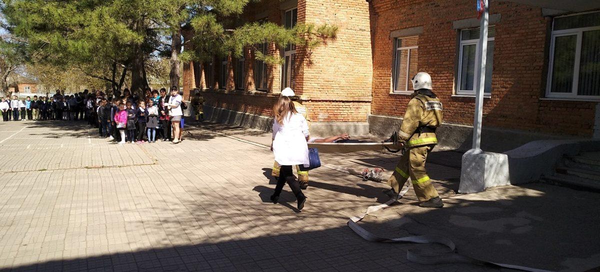 Детей учат поведению во время пожара