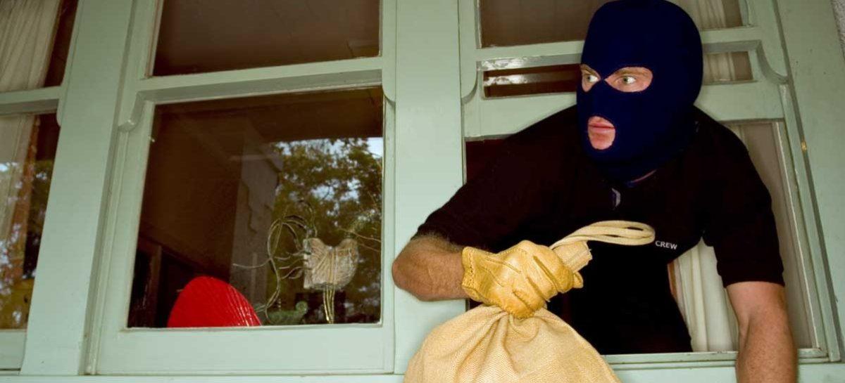 Нарушитель ворвался в дом сальчанки и отнял деньги и телефон