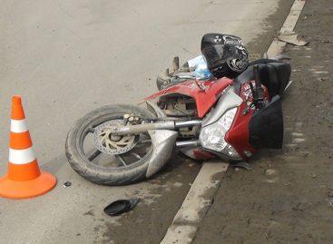 В Сальске водитель легкового автомобиля сбил 15-летнего подростка на мотоцикле