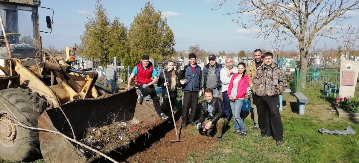 Сальчане убрали территорию старого кладбища