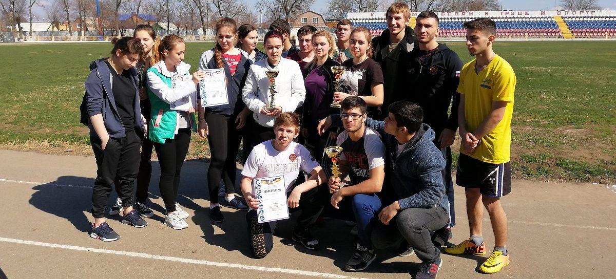 Сальские студенты соревновались в сдаче норм ГТО