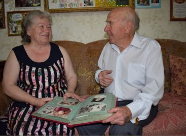 Губернатор Василий Голубев наградил семью из Гиганта знаком «Во благо семьи и общества»