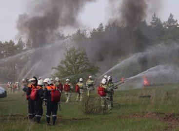 На борьбу с огнем вышел пожарный танк